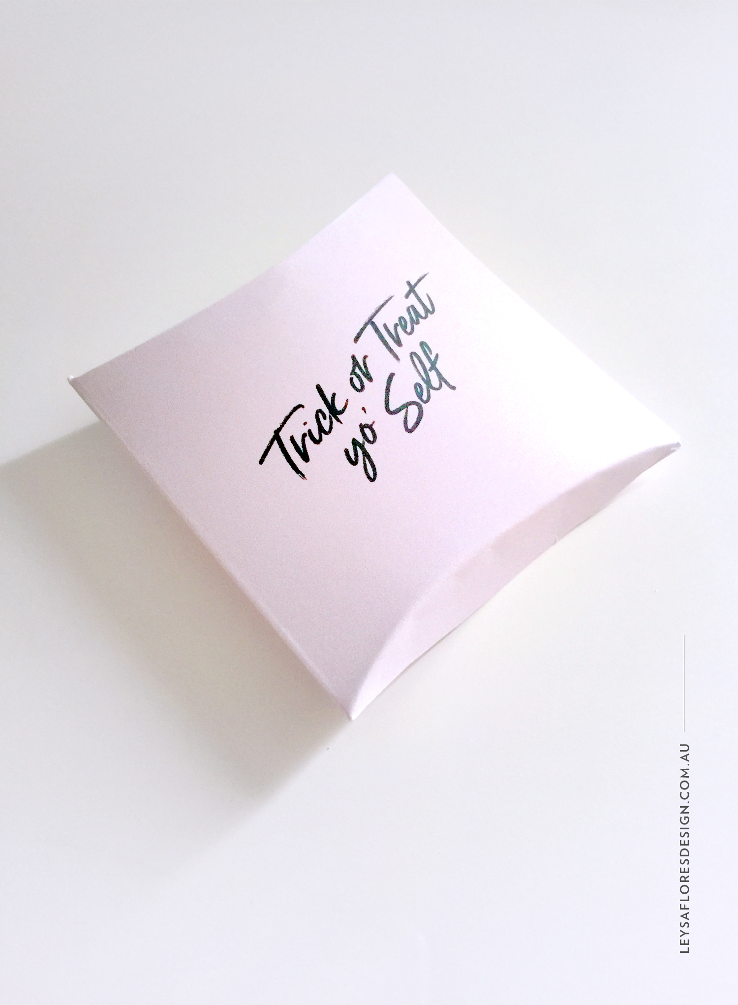 Free Halloween printable - Trick or treat yo' self - DIY pillow box / Leysa Flores Design
